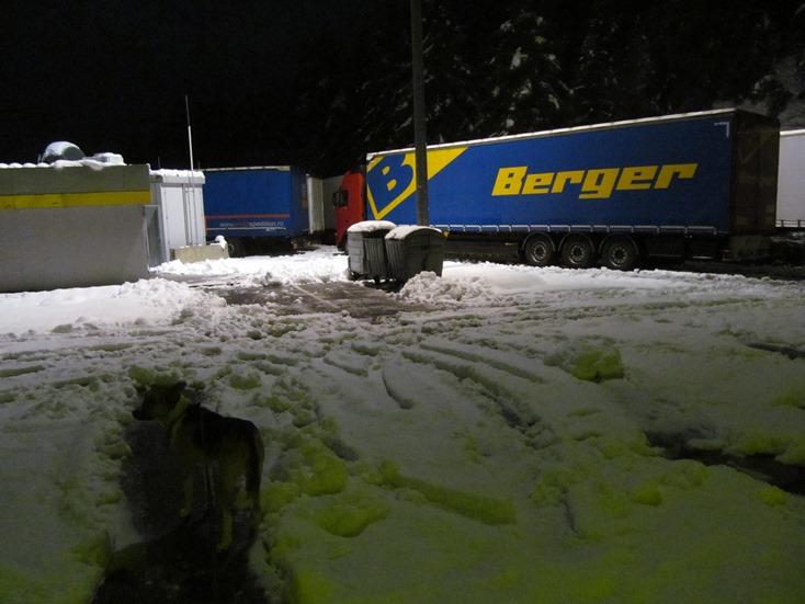 Sam staunt nicht schlecht über den Schnee auf dem Parkplatz oben am Brenner