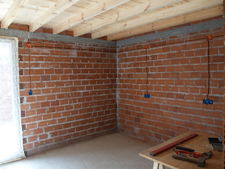 Schlafzimmer 1 ist soweit schon fertig, dort kommt vorläufig die Küche hinein
