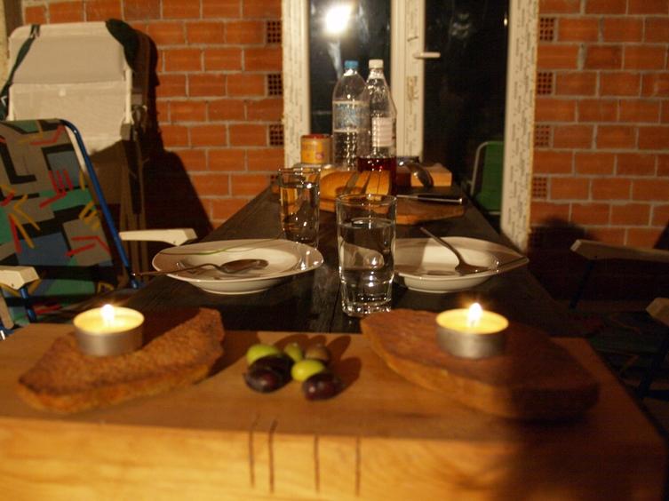 unser Pausen und Essen Tisch am Abend nach der Ernte