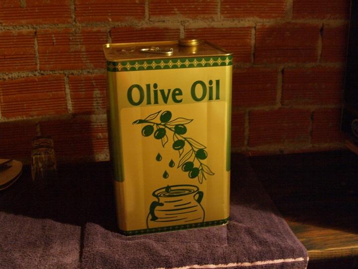und am Abend stehen dann die Behälter mit dem frischen Oliven Öl in unserer Wohnküche