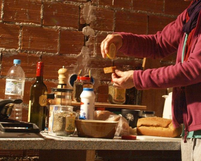 frisches griechisches Brot, paar Tropfen Zitrone, Salz, Kräuter und ab in den Mund ..... so was von mega Lecker