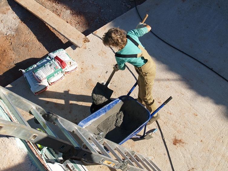 unser erster Mörtel (mit flüssigem Kalk) wird auf das Flachdach geschafft