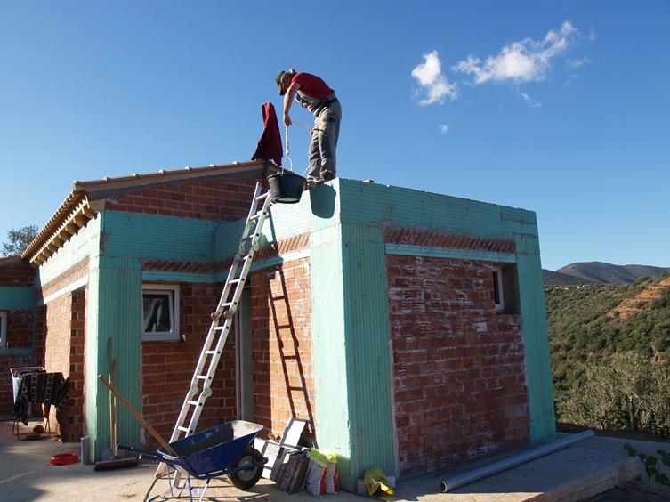 Das Flachdach wird vorbereitet zur Montage der Warmwasser-Solaranlage