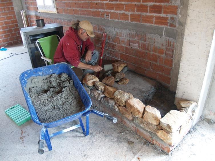 die zweiter Reihe Natursteine wird in Zement gesetzt