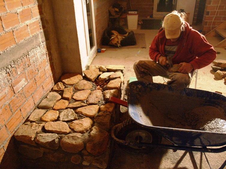 einzelne Steine werden beschlagen, damit die Oberfläche passgenau Stein für Stein gelegt werden kann