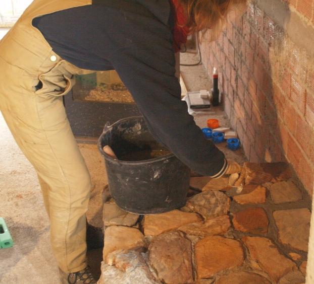 die Steine vom Ofensockel werden verfugt