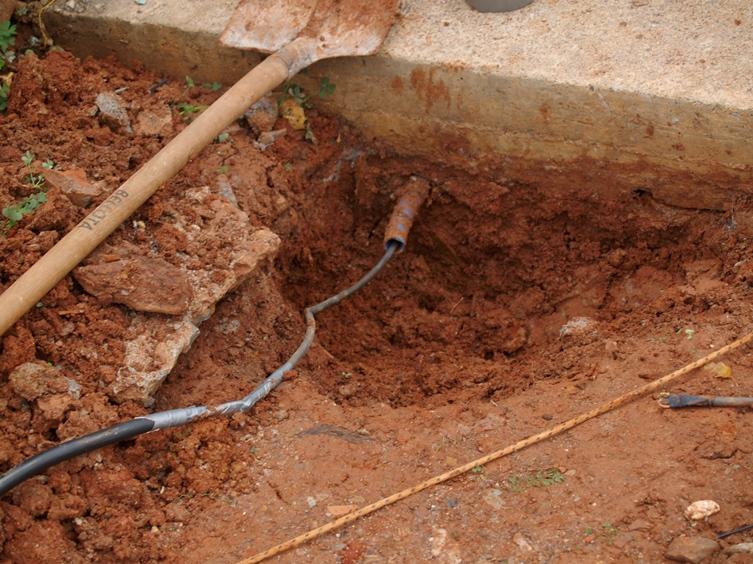 die Elektroleitung wird unter der Fundamentplatte ins Haus eingezogen