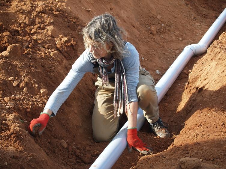 Rohre vor Steinen schützen bevor der Graben wieder angefüllt wird