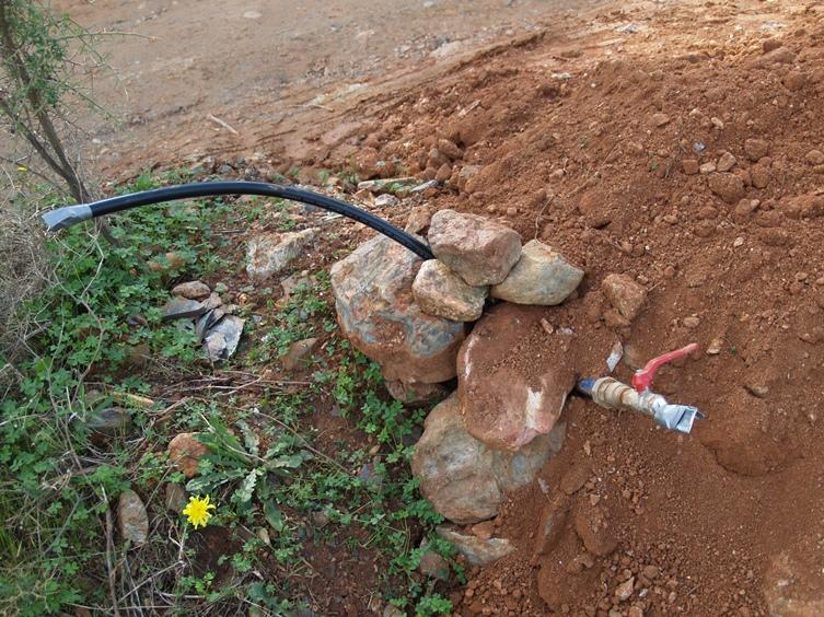 morgen hier an der Grundstücks Grenze noch die Wasserleitung verbinden dann fließt das Wasser im Haus