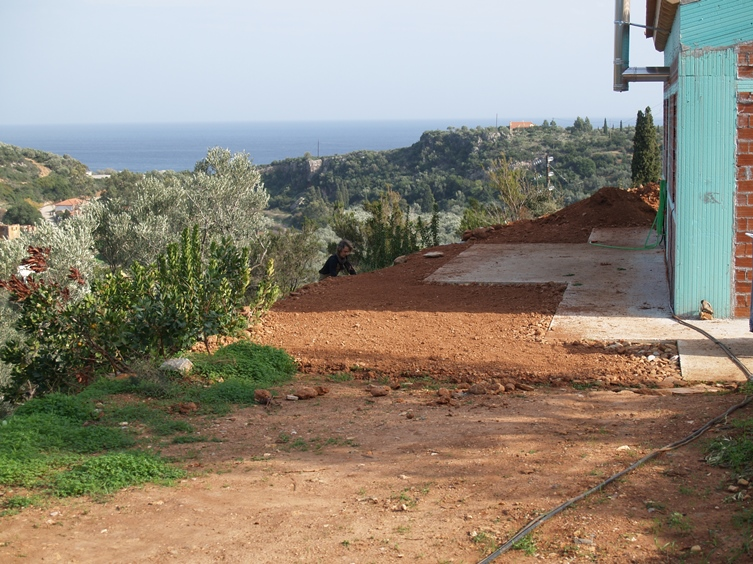 die Terrasse unterhalb des Hauses sieht schon ganz schön aus, bald wird bepflanzt