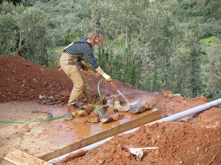 wegen Schlamm und Starkregen mussten wir heute die gesammelten Natursteine zuerst waschen bevor sie verarbeiten werden konnten