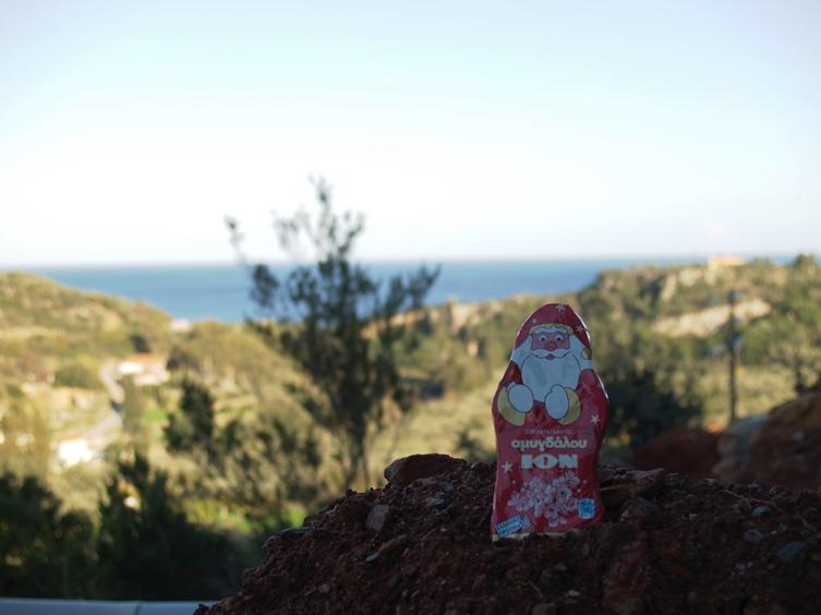 der Mandel Schokolade Nikolaus auf dem Erdhaufen