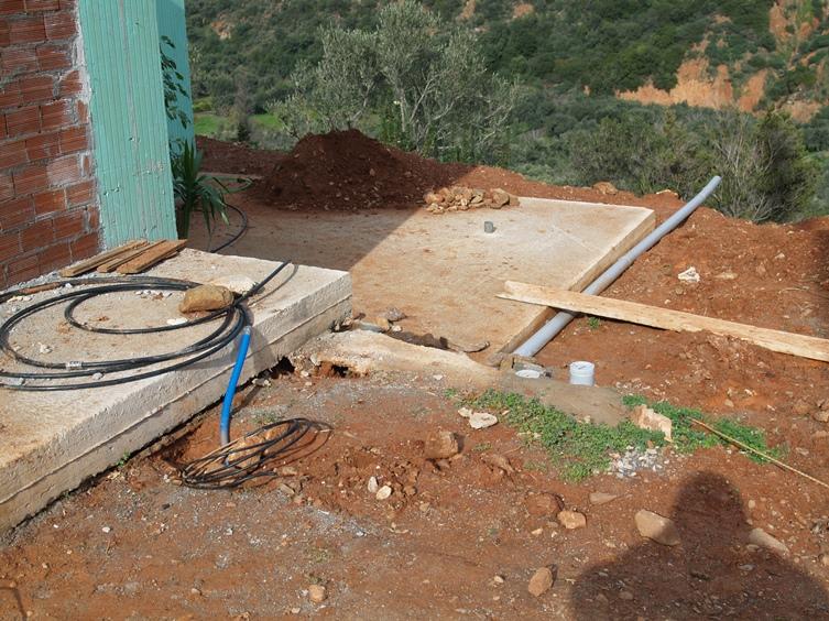 die letzten Frisch- und Abwasserleitungen werden nun mit Humus bedeckt