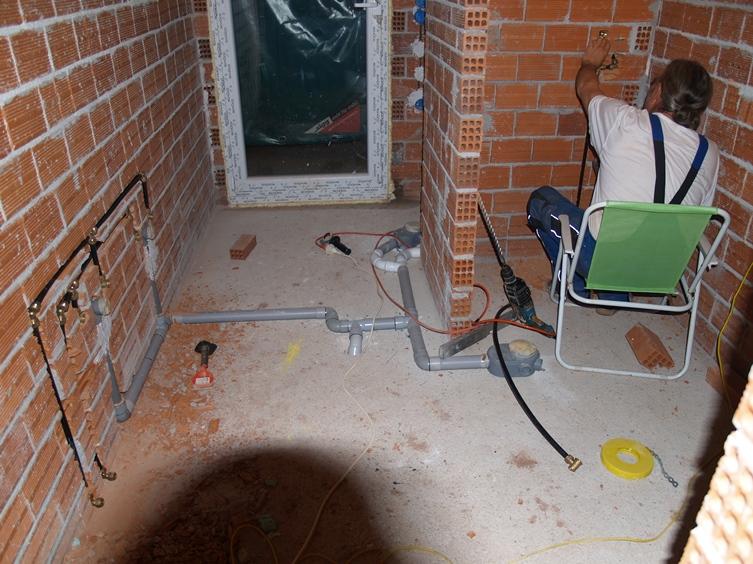 weiter geht es bis spät am Abend mit den Wasserleitungen im Bad