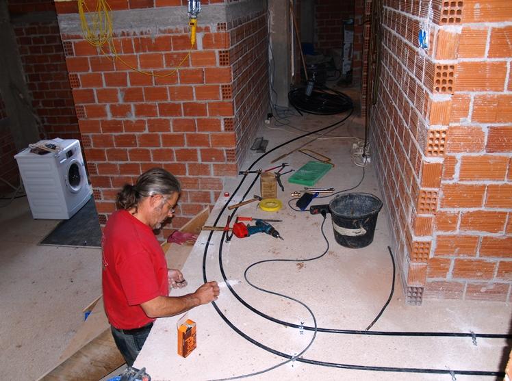 im Haus ist es warm Dank unseres Ofens, so macht die Wasserinstallation gute Fortschritte