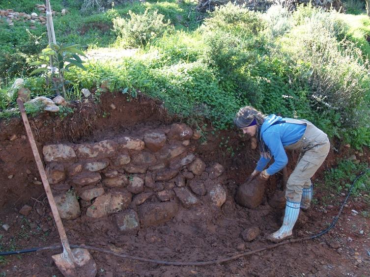 der nasse Boden klebt prima beim Mauerbau