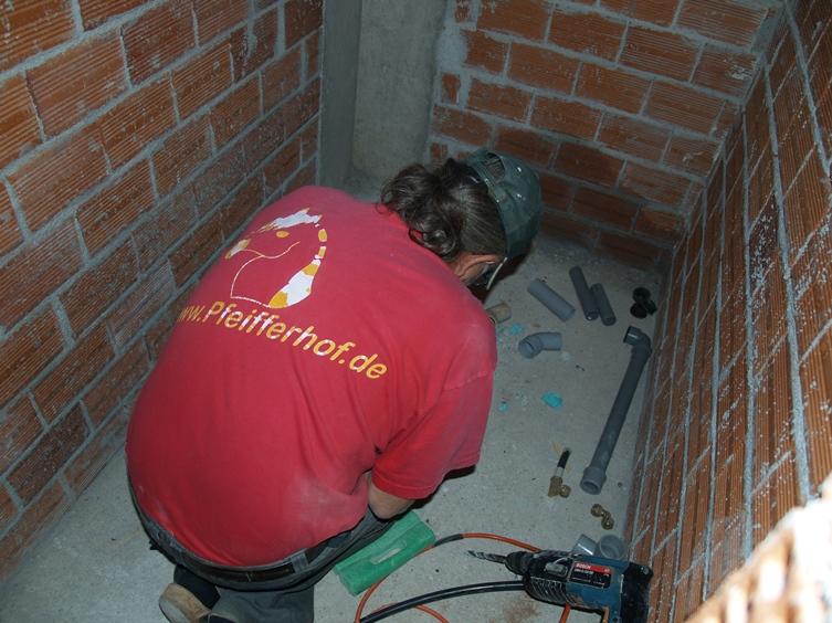 Frisch- und Abwasser wurde im Gäste-WC montiert und die Zuleitungen aufs Dach für die Solaranlage verlegt