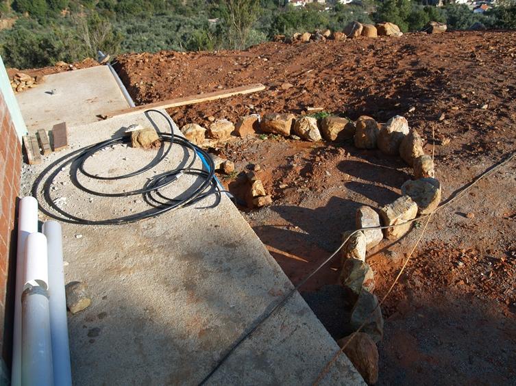 die neue Wasserleitung zum Haus und Silkes große Steine für das Beet zur Bepflanzung einer Bougainvillea