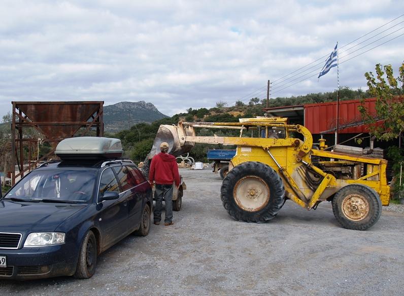 Im Baustoffhandel bei Monemvasia holen wir den dritten Hänger voll Kies