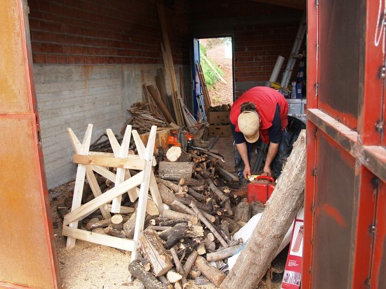 im kleinen Haus wird das Brennholz für Januar gesägt und aufgeräumt