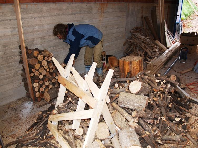 Holz stapeln für Januar und Platz schaffen um den Hänger einzuschließen