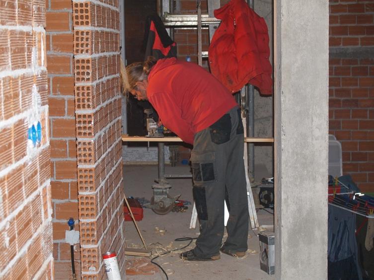 die ersten Hobelspäne fallen bei der Herstellung des Wasser-Ablauf-Brett für die Haustür