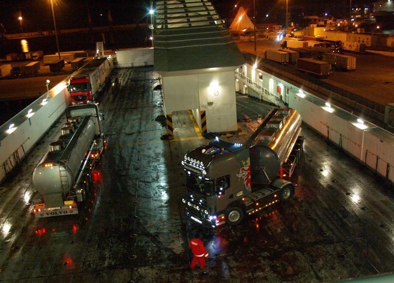 viele Tanklastzüge für den Transport von Oliven Öl sind auch auf der Fähre