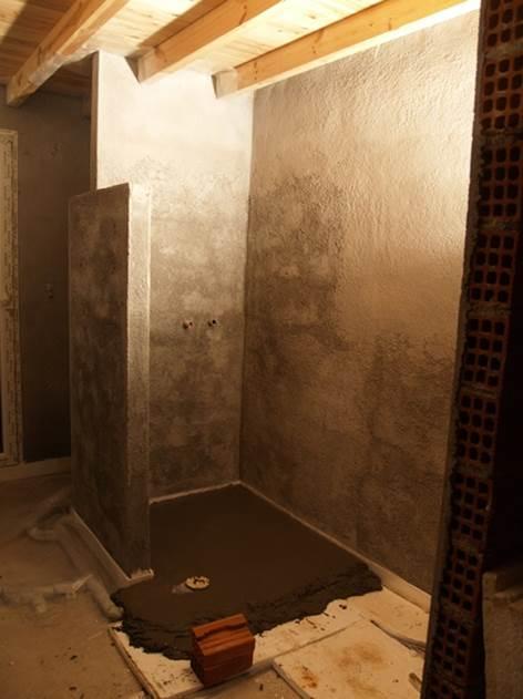 und am Abend ist der Estrich in der Dusche fertig, damit wir morgen eine kleine Stufe erhöht weiter machen können