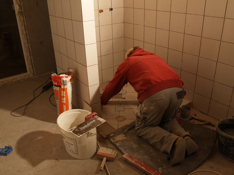 .... und wir können noch mit dem Verkleben beginnen - bald dürfen wir im eigenen Haus Duschen
