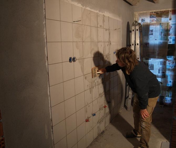 Die Wand für die Waschbecken