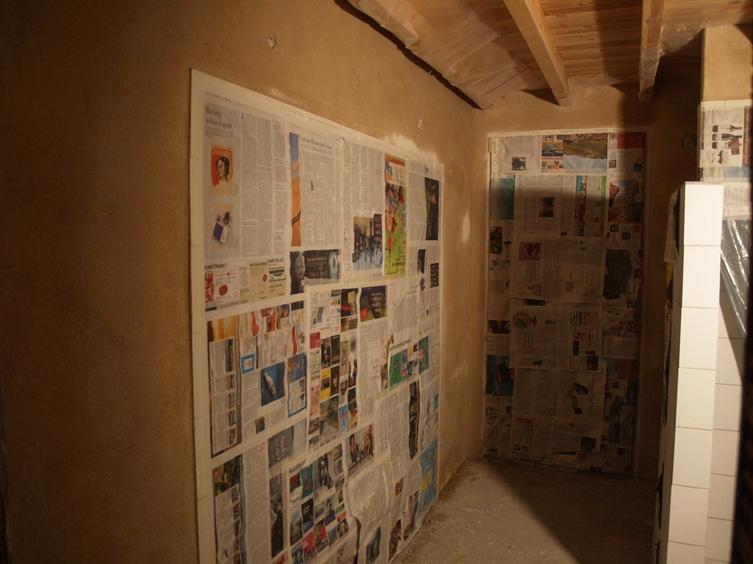 Blick zur Wand für den Waschtisch, fertig zum Malern wenn der Naturputz trocken ist