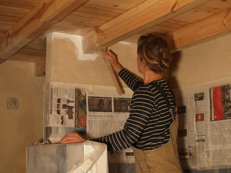 Silke beginnt das Bad mit spezieller atmungsaktiver Farbe zu weißeln