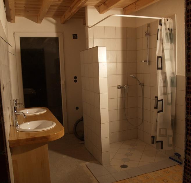 und so sieht das Bad dann am Abend aus. Die restlichen Bodenfliesen werden ab morgen gelegt