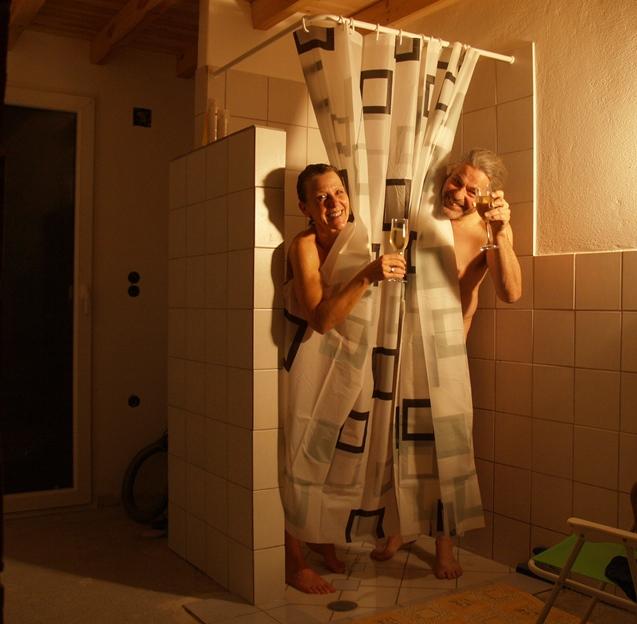 20.02.2015 - HURRA - und am Abend stoßen wir in der Dusche an und genießen das warme Wasser von der Sonne erwärmt