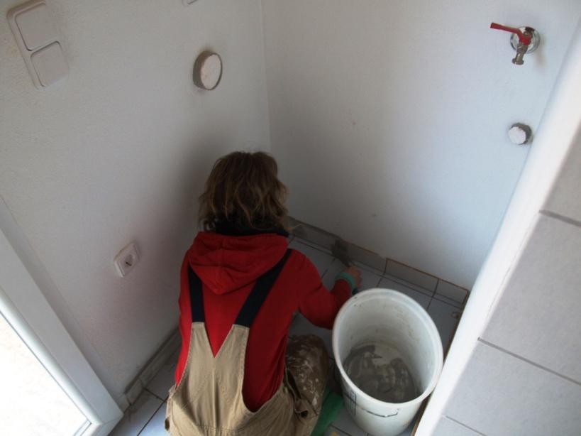 Die Sockelleisten werden ausgefugt, hier kommt die Waschmaschine hin