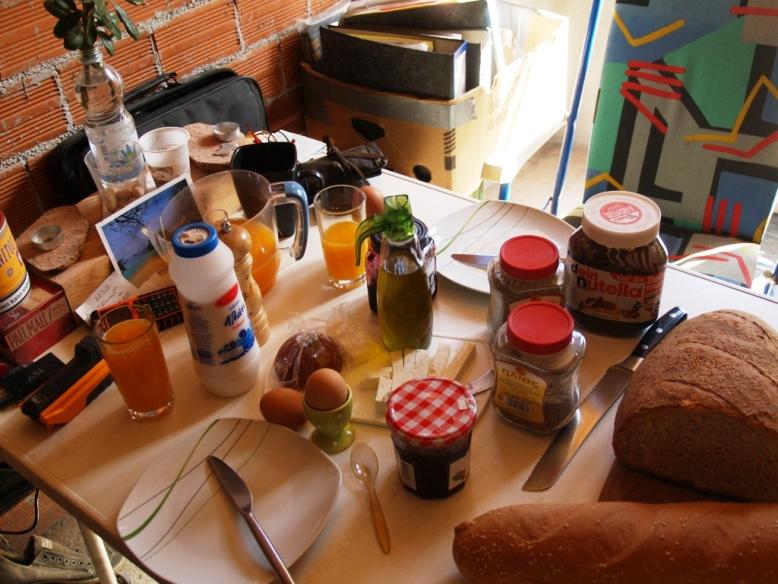 frisches Brot, Kräuter, Olivenöl, Schafskäse, frisch gepresster Orangensaft, Eier vom Landwirt usw. das täglich leckere Griechenland Frühstück