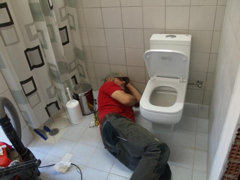 nein er schläft nicht, er montiert das neue WC