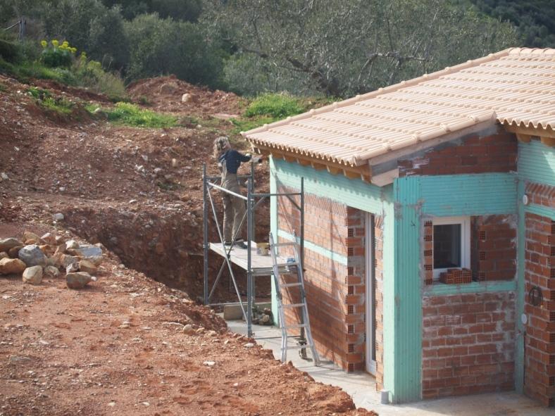 Unser Gerüst im Einsatz, damit der Dachvorsprung mit Holzschutz gestrichen werden kann