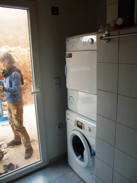 Waschmaschine und Trockner stehen am endgültigen Platz