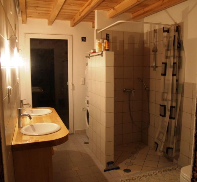 """01.03.2015 - noch ein paar Regale und Handtuchhalter, dann ist das Projekt """"Bad WC Dusche"""" abgeschlossen"""