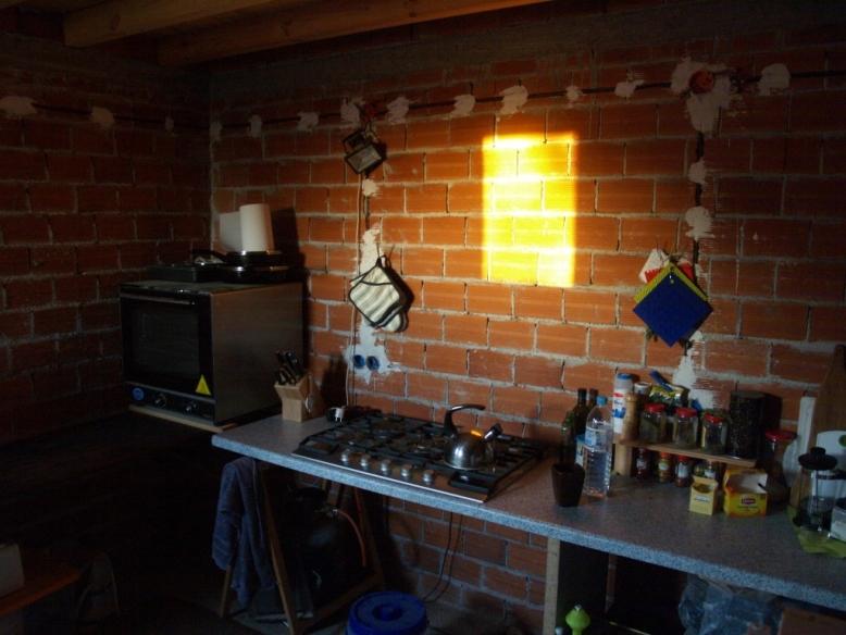 die Sonne scheint am Morgen in unsere Baustellen Küche