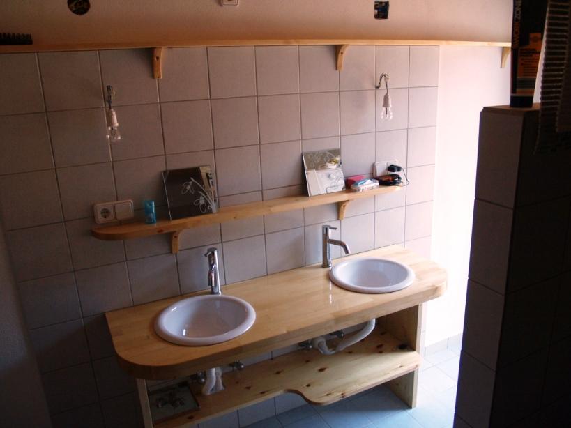 noch die Spiegel und der Vorhang unter dem Waschtisch (links unterfahrbar für Rollis) dann ist das Rolli gerechte Bad fertig
