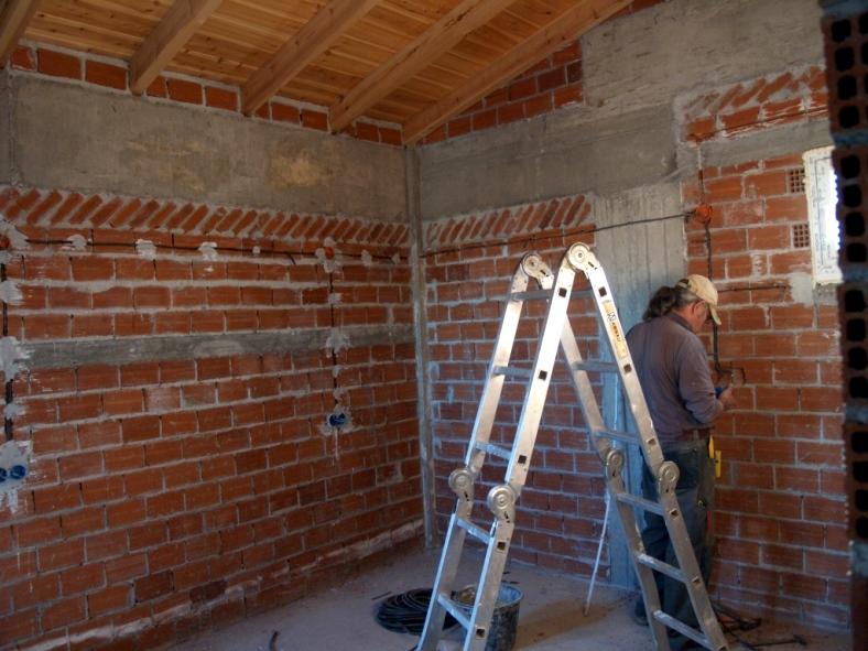 03.03.15 - die Elektro-Installation im großen Schlafraum wurde heute fertig