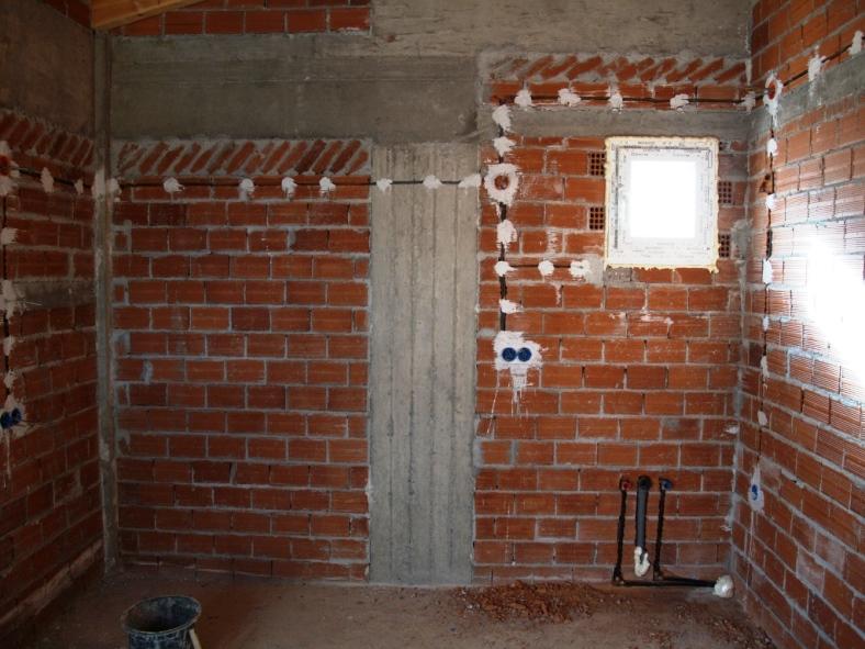 Schlafzimmer mit Elektro und Wasserinstallation fertig