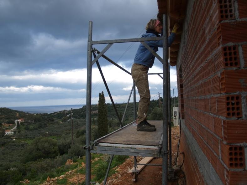 noch einmal streichen dann sind alle Balken der Dachvorsprünge versiegelt