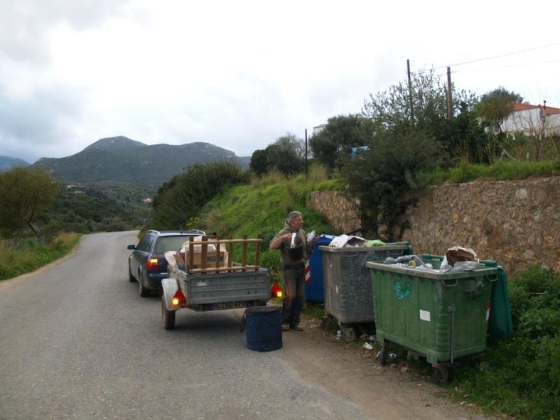 den Abfall bringen wir runter zur Strasse, 3 x die Woche kommt die Müllabfuhr