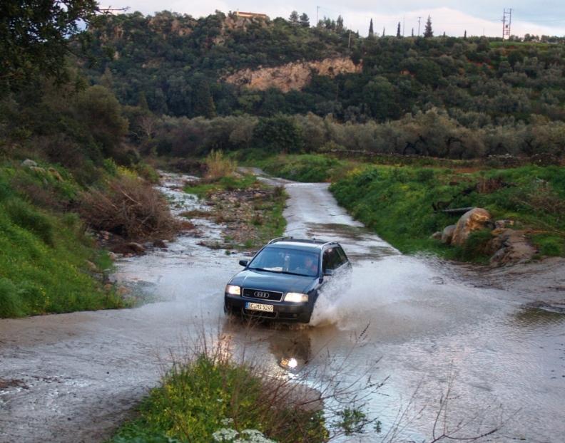 SELTENHEIT - auf der Strasse von unserem Grundstück ins Dorf müssen wir durch ein Flussbett fahren, dass dort Wasser läuft hat Seltenheitswert