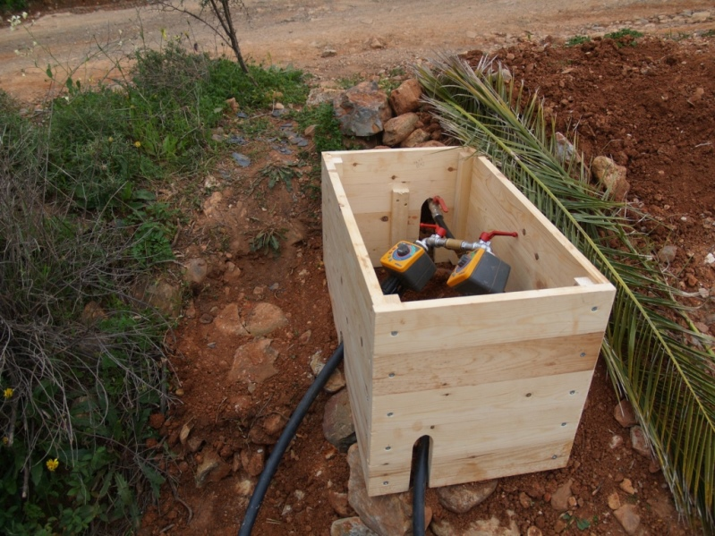 am Abend sind die Kästen zum Schutze der Wasserschaltuhren fast fertig