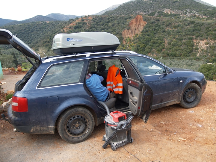 Auto wird sauber gemacht vor der langen Fahrt